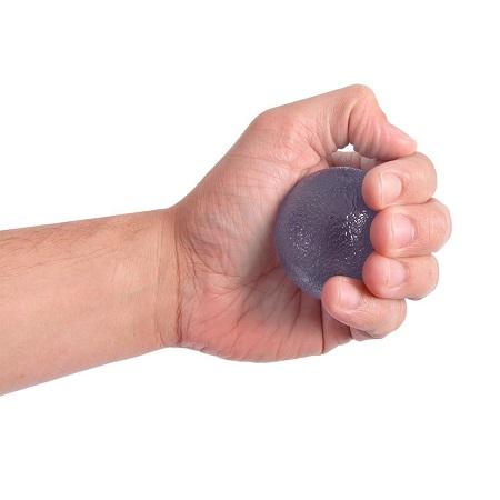 تمرین گرفتن چیزی (مانند توپ لاستیکی) در دست