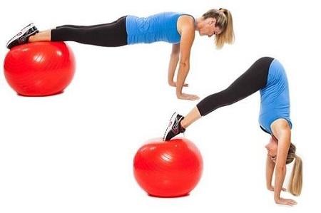حرکت جمع کردن زانوها روی توپ