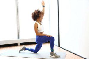 کشش عضلات خمکننده مفصل ران با حرکت لانج